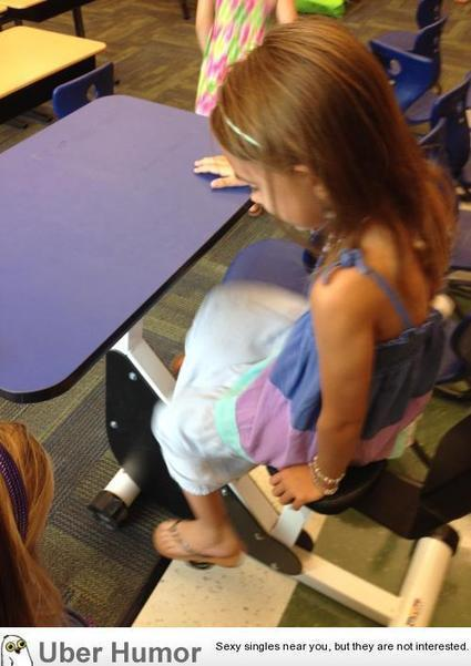 This first grade classroom has desks with pedals so kids can move while learning. | uberHumor.com | El Pekecito | Scoop.it