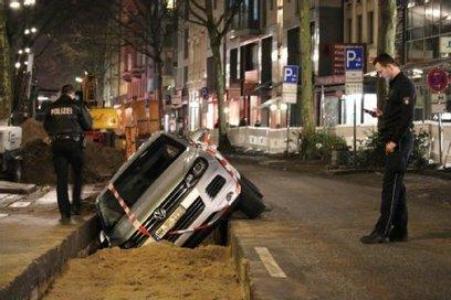 Sternschanze: Kurioser Parkplatz: Auto fällt in Baustellengrube - Fahrer flüchtet - Hamburger Morgenpost | Flughafen und Parkplatz News | Scoop.it