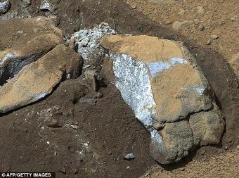 Τέχνης Σύμπαν και Φιλολογία: Αρειανή «πούδρα» από... νερό, Is this rock further proof of water on Mars? Small white boulder uncovered by Curiosity rover contains evidence of water-bearing minerals | Τέχνης Σύμπαν και Φιλολογία | Scoop.it