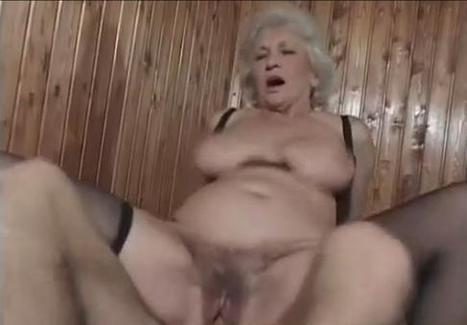 nonna scopata in bagno scopa con idraulico