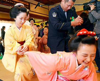 #Kyoto's #geisha, #maiko learn how to ward off attackers | What makes Japan unique | Scoop.it