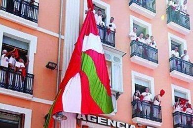 Vidéo : comment les militants ont déployé un drapeau basque face à la mairie de Pampelune | BABinfo Pays Basque | Scoop.it