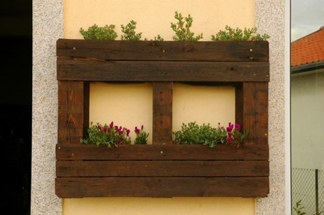 Vertical pallets used as planters on an outdoor wall | 1001 Pallets | bancoideas | Scoop.it
