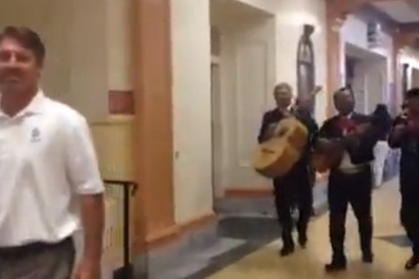 Mariachi band follows head teacher for the whole day in hilarious high school prank | One-armed man applauds the kindness of strangers | Scoop.it