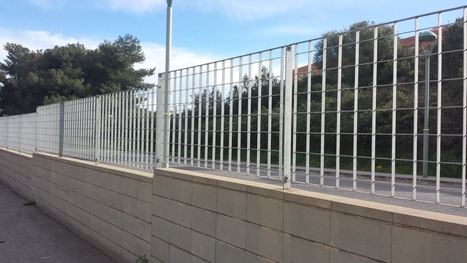 Combinar verja y cercado para chalet cerramientos - Vallas y cerramientos ...