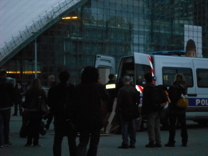 4M: Les cartons sont alors menottés, plaqués au sol puis embarqués dans les fourgons de la police municipale | #marchedesbanlieues -> #occupynnocents | Scoop.it