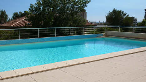 Une terrasse mobile pour couvrir votre piscine for Pose margelle piscine
