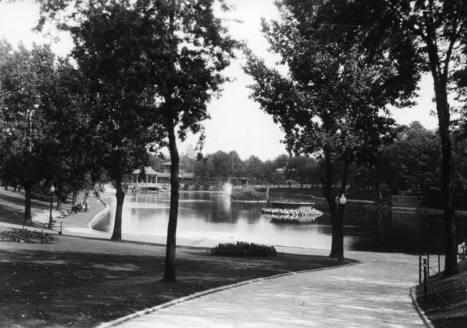 Bassin et fontaine du parc La Fontaine, décennie 1930 | Photos ancestrales de Montréal | Scoop.it