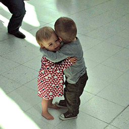 Photo of 2 toddlers in random act of adorableness saves the day - msnNOW | Children | Scoop.it