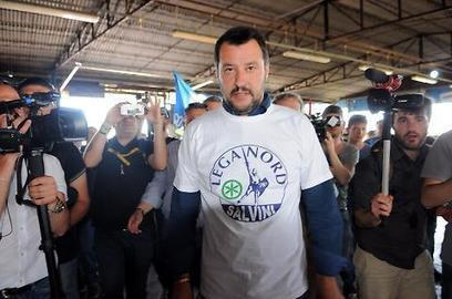 """Matteo Salvini replica a Matteo Renzi: """"Fesso e pericoloso: con tutti i problemi che ci sono, pensa alle mie magliette"""" - Politica - Libero Quotidiano   Il tatuaggio di stoffa   Scoop.it"""