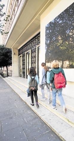 Arrêt de la prise en charge des frais de scolarité à l'étranger | Du bout du monde au coin de la rue | Scoop.it
