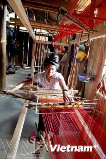 Pa Then women preserve traditional brocade weaving craft   VietNamNet   Asie   Scoop.it