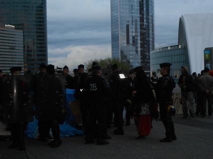 4M Les CRS et les indignés négocient la liberté des chariots logistiques en l'échange des cartons récupérés. | #marchedesbanlieues -> #occupynnocents | Scoop.it