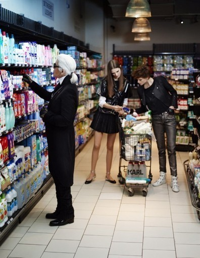 Exclu : Karl fait défiler Chanel dans un supermarché  - Elle | Communication & Co | Scoop.it