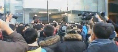 [VIDEO] Apple Beijing store pelted with eggs as iPhone debuts | Allicansee | Scoop.it