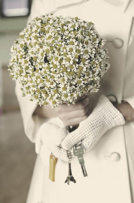 Un abito da sposa corto, fiori di camomilla e vibrazioni anni '60: Patrizia ed Ennio | Allestimenti floreali matrimoni.Ultime tendenze e consigli da Varese | Scoop.it