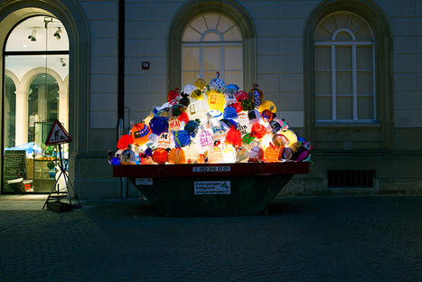 Luzinterruptus: Plastic garbage guarding the museum | Art Installations, Sculpture, Contemporary Art | Scoop.it