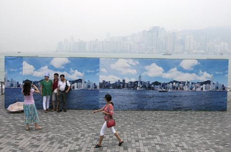 What Pollution? Hong Kong Tourists Pose With Fake Skyline | 3D Relationships on 2D surfaces | Scoop.it