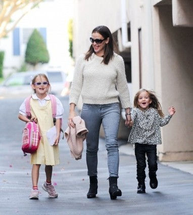 Jennifer Garner In Rag & Bone Leggings in Tattered Grey | Denim Daily | Denim Daily | Scoop.it