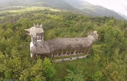 La misteriosa iglesia con forma de gallina abandonada en Indonesia | La vida errante | Scoop.it
