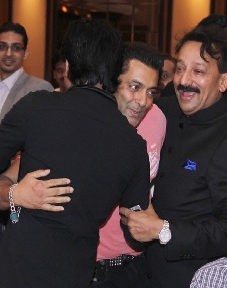 Shahrukh and Salman Khan Hug Each Other - 5abi Raag | 5th Kabaddi World Cup 2014 – December 6 to December 20 | Scoop.it