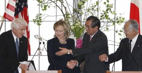 [Photo] Signature de l'accord USA-Japon avec Hillary Clinton | Daylife-Reuters [eng] | Japon : séisme, tsunami & conséquences | Scoop.it