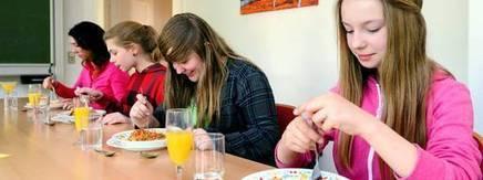 Ferienkinder lernen im Benimm-Kurs die Tischsitten - Thüringer Allgemeine | Hausaufgaben | Scoop.it
