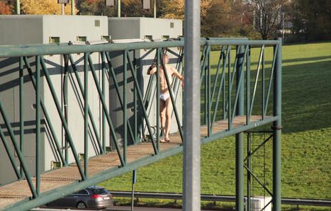 Verwarde, halfnaakte man dreigt van brug over A12 te springen | actua cedric | Scoop.it