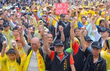 [Taiwan] Labor activists pelt police with eggs | Asian Labour Update | Scoop.it