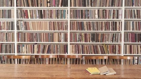 UK bookseller takes Kindles off shelves to make room for books | digital divide information | Scoop.it