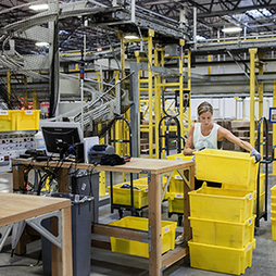 "At Amazon Warehouses, Humans and Machines Work in Frenetic Harmony | MIT Technology Review | L'impresa ""mobile"" 