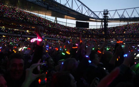 Coldplay Wristbands Turn Audience Into Giant LED Display | Social Media and Music | Scoop.it
