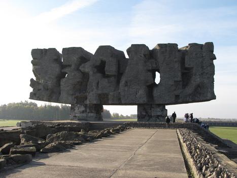 The Monument Of Struggle And Martyrdom At The Entrance To Majdanek Death Camp | Majdanek concentration camp | Scoop.it
