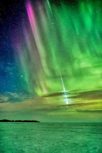 Image of the Day: A Spectacular Meteor Streaking Through the Aurora Borealis | Astronomy News | Scoop.it