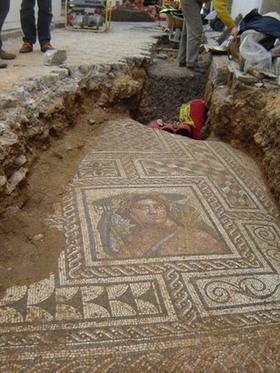 La arqueóloga Trinidad Gómez señala las diferencias entre los mosaicos de Carmona y otros pueblos cercanos   LVDVS CHIRONIS 3.0   Scoop.it