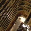 Chorale de centaines d'élèves au balcon d'un hôtel | Random | Scoop.it