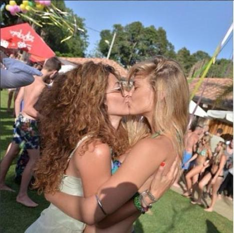 Instagram : Le baiser lesbien de Bar Refaeli fait le buzz | meltyBuzz | Starsnews | Scoop.it