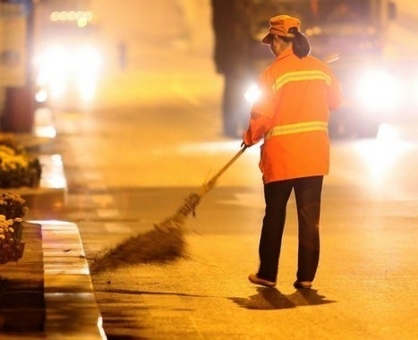 Chinese Millionaire Works as a Street Cleaner to Set a Good Example for Her Kids | Strange days indeed... | Scoop.it