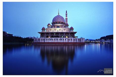 Johngthepom / Putra Mosque (Masjid Putra) Putrajaya | 7:11PM | Mosque | Scoop.it