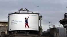 Guarda, sta passando il volo per Barcellona! Lo spettacolare cartellone interattivo #Lookup di British Airwais | Web Design e Social Media | Scoop.it