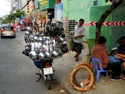 Un commerce ambulant de rétroviseurs pour scooters au Vietnam | Voyage au coeur du Vietnam | Scoop.it