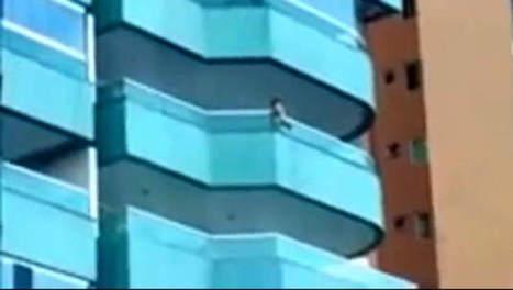 Kleuter bengelt van balkon terwijl moeder slaapt | AAV2 | Scoop.it