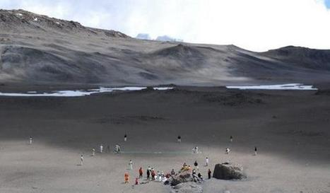 """Elizabeth sur Twitter : """"Incredible picture of the cricket match currently being played on Kilimanjaro http://t.co/NsGvrCeLD9"""" 