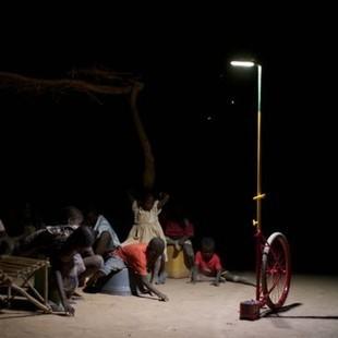 Mali : Foroba Yelen, des lampadaires solaires mobiles brillent dans la nuit - Performance énergétique | RSE et développement durable | Scoop.it
