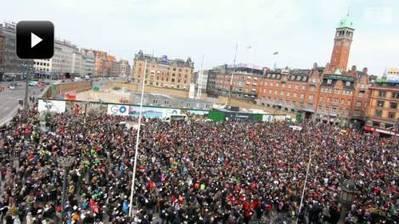 Danmarks største flashmob: Se lærerne smide tusinder af bøger på jorden | Lærerlockout | Scoop.it