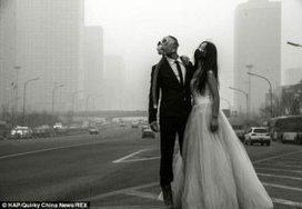 Pour protester contre la pollution, ils posent avec des masques à gaz sur leurs photos de mariage | Veille positive de l'actualité durable et de la nouvelle consommation | Scoop.it