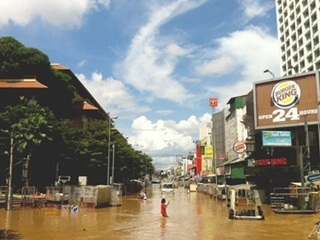 Army reinforces upriver water defences as flood threatens capital; Chiang Mai still under water | Thailand Floods (#ThaiFloodEng) | Scoop.it