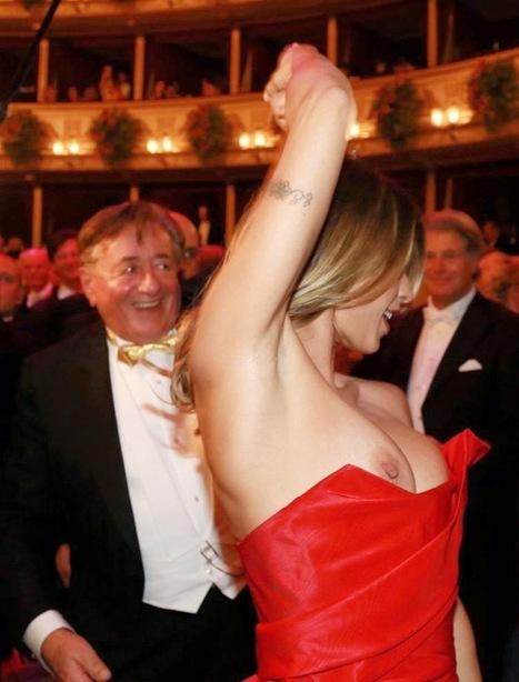 Elisabetta Canalis tits-flashing at the Vienna Opera Ball in 2015 - Cici villantás a bécsi Operabálon   Celeb news and sexy photos   Scoop.it