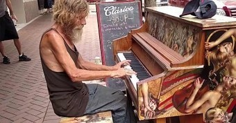 Homeless Man Steps Up To Piano And Stuns Crowd With Beautiful Performance   Wandering Salsero   Scoop.it