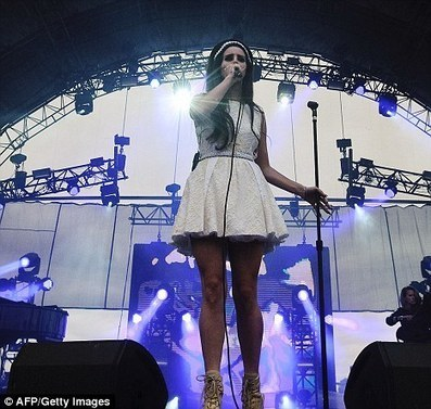 Lana Del Rey lights up on stage at French musical festival - Daily Mail | Lana Del Rey - Lizzy Grant | Scoop.it